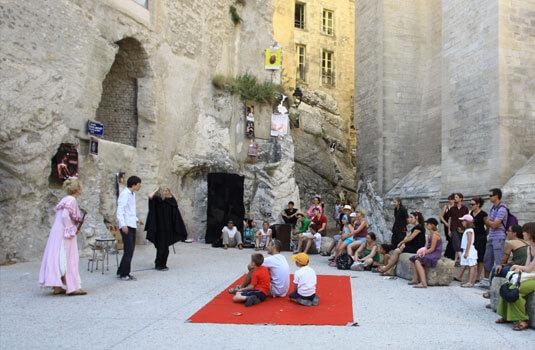 Street performance at the Festival d'Avignon ©HOCQUEL A